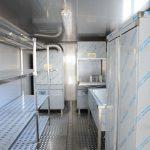 Vista interna shelter prefabbricato attrezzato per lavastoviglie